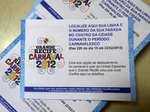 Livretos com informações sobre os ônibus vão ser distribuídos. (Foto: Katherine Coutinho / G1)