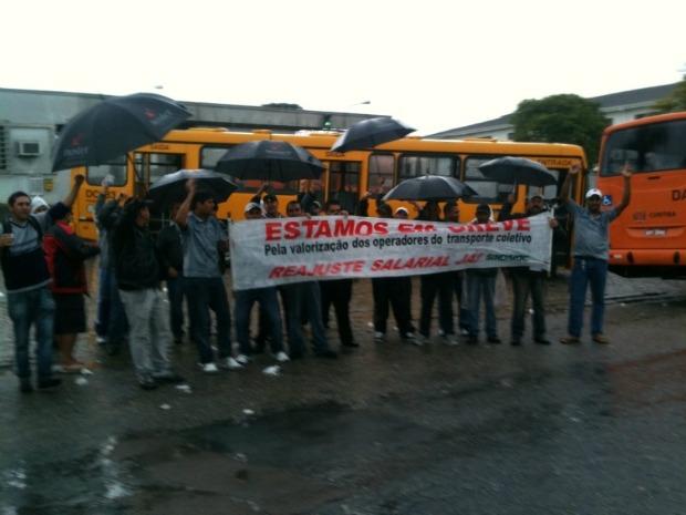 Motoristas e cobradores estão reunidos em frente a uma empresa de ônibus em Curitiba (Foto: Karine Garcia/ RPCTV)