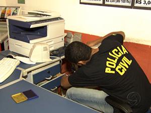 Computadores são apreendidos em lan house de Cuiabá (Foto: Reprodução/TVCA)
