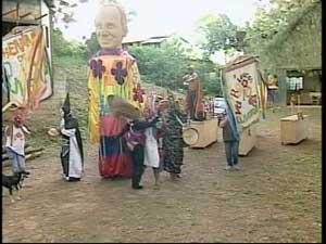 Bloco Loucos Varridos cria e confecciona as próprias peças (Foto: Reprodução/TV Integração)