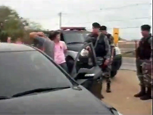 Suspeitos de planejar crime foram presos no cortejo dos caixões para o cemitério (Foto: Reprodução/TV Paraíba)