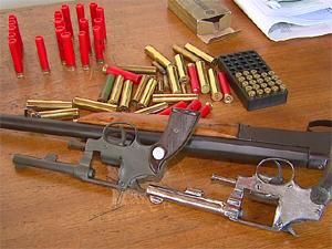 Armas apreendidas com quadrilha que roubava fazendas e agropecuárias (Foto: Reprodução/EPTV)