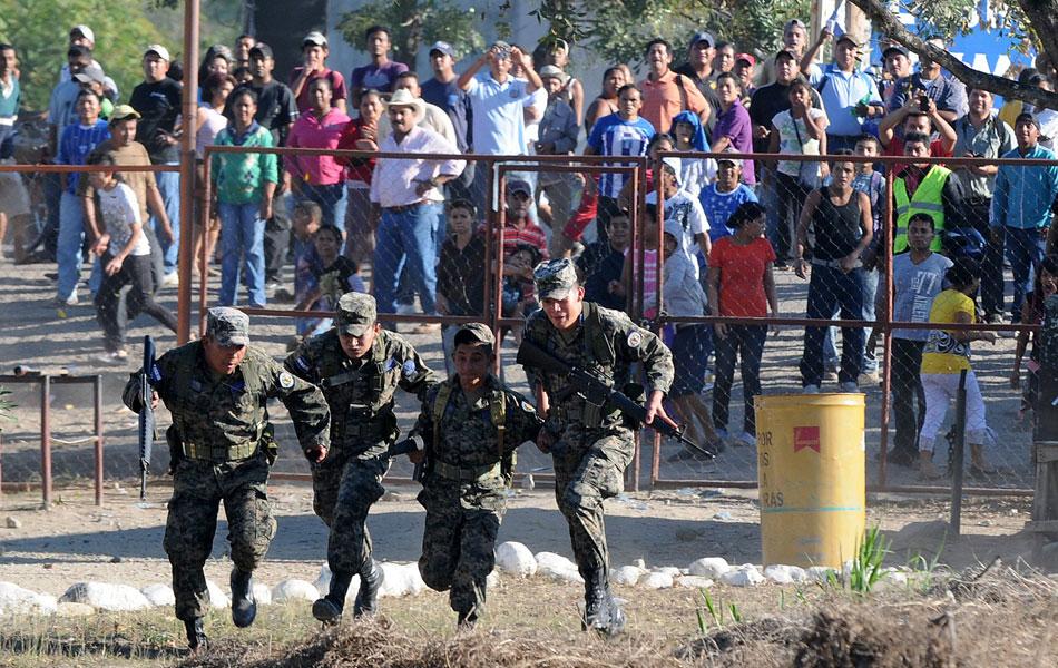 Em desespero por informações, familiares e amigos tacam pedras contra os oficiais do presídio hondurenho