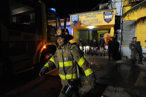 Bombeiros trabalham na penitenciária destruída por incêndio nesta quarta-feira (15) em Comayagua, centro de Honduras (Foto: AFP)