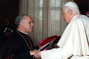 Dom Airton José dos Santos com o papa Bento XVI (Foto: Arquidiocese)