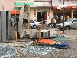 Caixa eletrônico é explodido em São Gonçalo dos Campos, na Bahia (Foto: Reprodução/ TV Subaé)