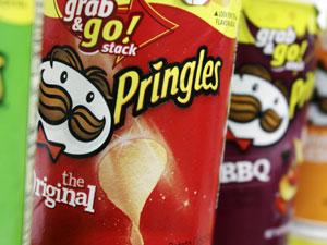 Batatas Pringles expostas em uma loja em foto de abril de 2011 (Foto: AP)