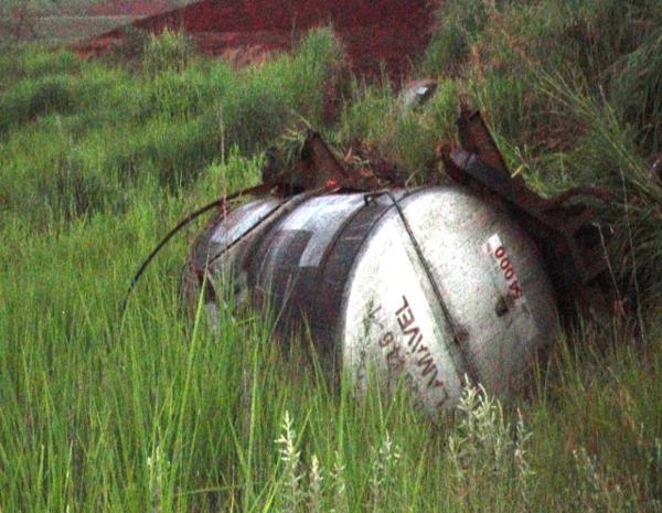 Um dos vagões que carregava óleo diesel e descarrilou em São Manuel, SP (Foto: Rádio Integração de São Manuel)