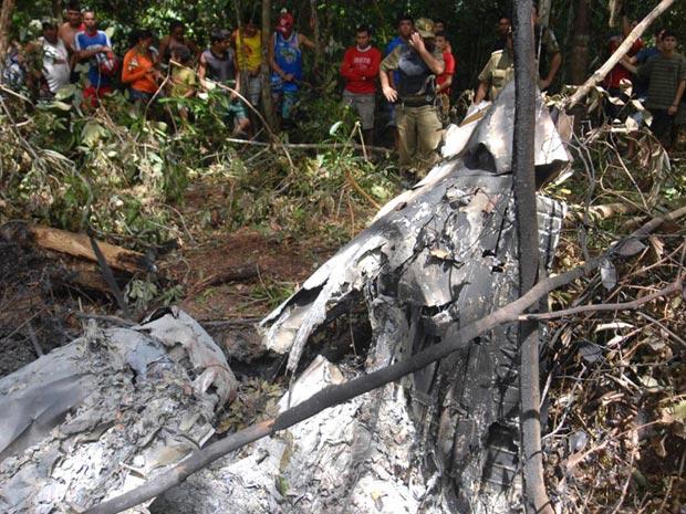 Destroços do bimotor que caiu na cidade de Cametá, PR. (Foto: Antônio Cícero/FOTOARENA/AE)