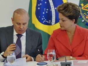 A presidente Dilma Rousseff e o ministro da Fazenda, Guido Mantega, na cerimônia no Palácio do Planalto (Foto: Antonio Cruz / Agência Brasil)