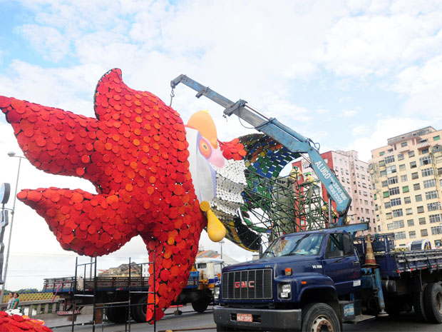 Escultura do Galo da Madrugada começa a ser montado na Ponte Duarte Coelho, no Centro do Recife (Foto: João Carlos Mazella / Fotoarena / AE)