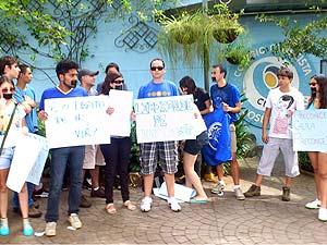 Estudantes protestaram em frente ao colégio  (Foto: Luiz Vieira/G1)