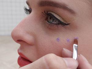 Cola e glitter para faer desenhos no rosto  (Foto: Luna Markman/G1)