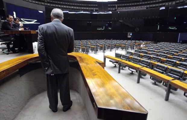 Deputado Nelson Marquezelli (PTB-SP) discursa para plenário vazio na Câmara (Foto: André Dusek / Agência Estado)