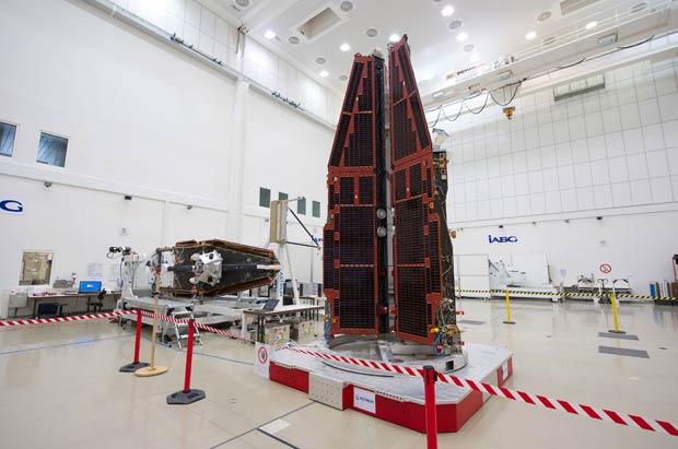 Foto divulgada pela Agência Espacial Europeia nesta sexta-feira (17) mostra os três satélites em sala na cidade alemã de Ottobrunn (Foto: Reuters)