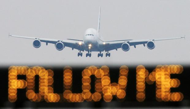 """Avião pousa em aeroporto de Frankfurt, que enfrenta greve nesta sexta (17), diante de letreiro onde se lê """"Follow me"""" (siga-me, em inglês) (Foto: AFP)"""