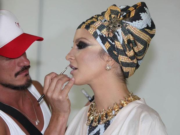 Claudia Leitte faz últimos ajustes de maquiagem para carnaval de Salvador (Foto: Fábio Nunes/Divulgação)