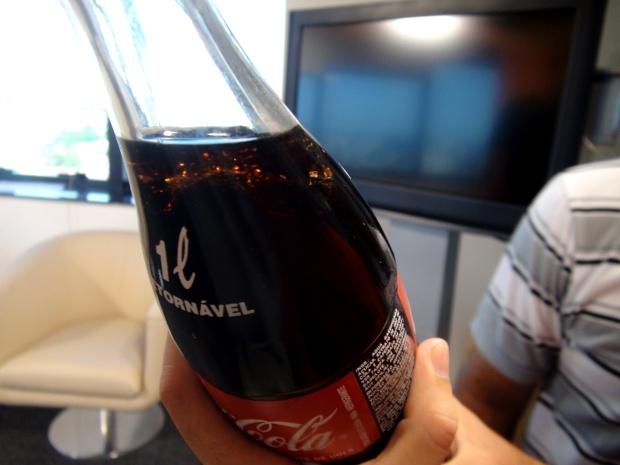 Papel lamidado boiando dentro da garrafa de refrigerante (Foto: Nikolas Capp/ G1)