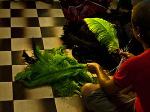 Integrante do Bloco Boi do Norte prepara fantasia para desfile deste sábado (18) (Foto: Vinicius Sgarbe/ G1 PR)