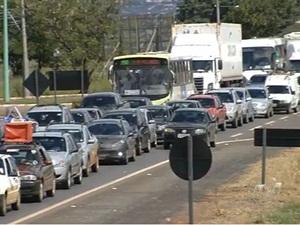 Motoristas enfrentam congestionamento para sair de Goiânia na sexta de canaval (Foto: Reprodução/TV Anhanguera)
