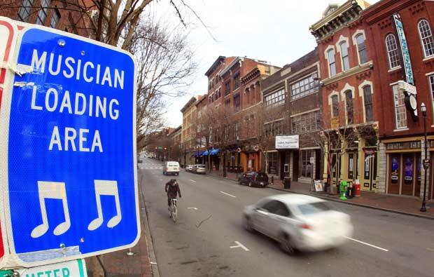 Placa de trânsito como os dizeres 'músicos carregando' é vista em Nashville, no estado americano do Tennessee. A cidade está em campanha para mostrar aos visitantes que, além de centro americano da música country, também tem espaço para outros estilos de música (Foto: Mark Humphrey/AP)