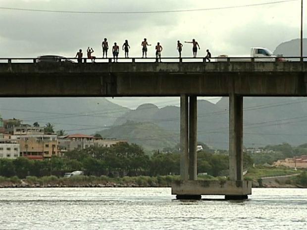 Meninos se arriscam pulando de altura de mais de 20 metros, no Espírito Santo (Foto: Reprodução/TV Gazeta)
