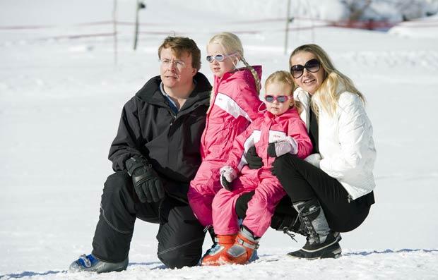 O príncipe Johan Friso, a Princesa Mabel e suas filhas Luana e Zaria em Lech em foto de 19 de fevereiro de 2011 (Foto: AFP)