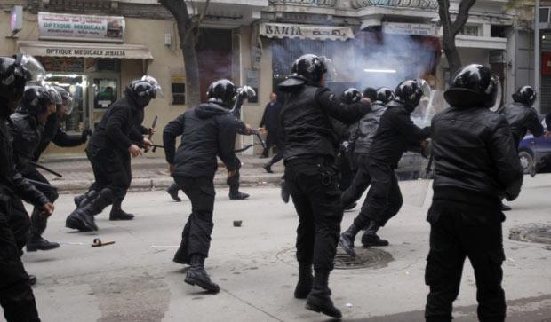 Polícia enfrenta manifestantes nesta sexta-feira (17) em rua de Túnis, capital da Tunísia (Foto: Reuters)