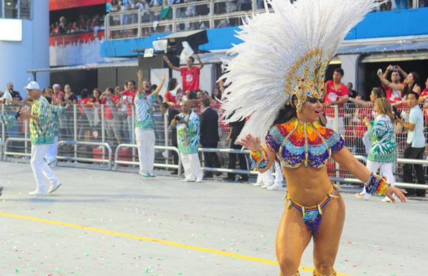 Viviane desfilou pela Mancha, a última escola a entrar no Sambódromo na primeira noite de desfiles em São Paulo. Ela fez duas reclamações: o trânsito que enfrentou para chegar à região do Sambódromo e o peso da fantasia em sua cabeça. Mas, mesmo assim, disse estar preparada para o desfile  (Foto: Raul Zito/G1)