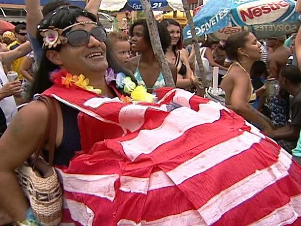 Folião se vestiu de falsa grávida de Taubaté. (Foto: Reprodução / TV Gazeta)