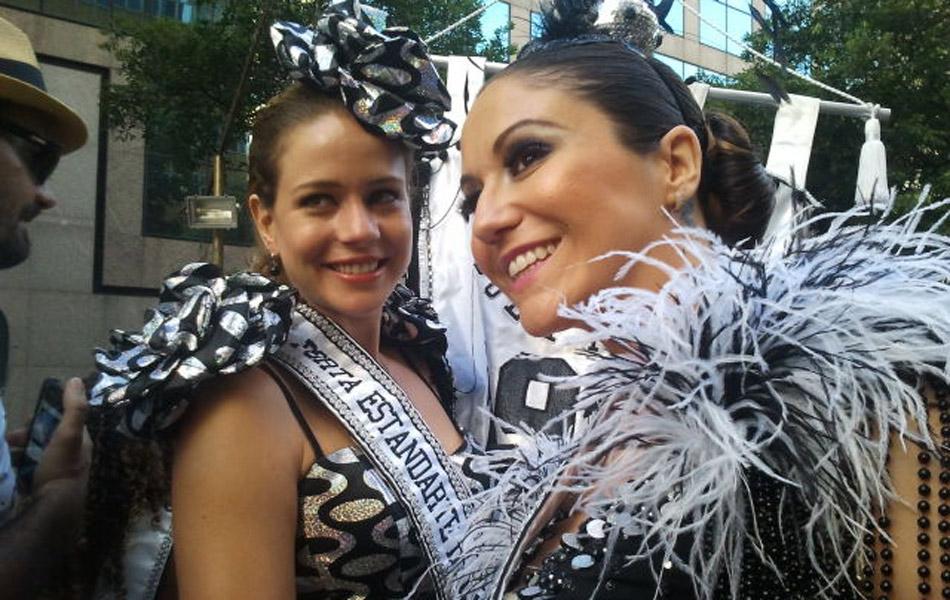 As madrinhas Leandra Leal (à esquerda) e Maria Rita do bloco Cordão da Bola Preta neste sábado (18), no Rio de Janeiro.