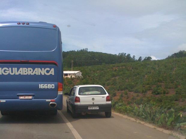 Internauta flagrou veículos utilizando o acostamento para fugir do engarrafamento. (Foto: Liana Mota Passos Prezotti / VC no ESTV)