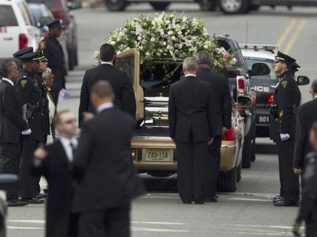 Caixão com corpo de Whitney é retirado de igreja após término de cerimônia (Foto: Reuters)