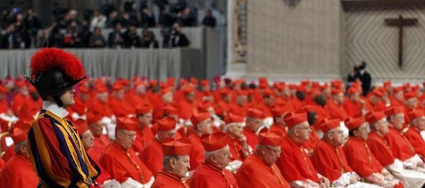 Cardeais reunidos no consistório deste sábado (18) na Basílica de São Pedro, no Vaticano (Foto: Reuters)