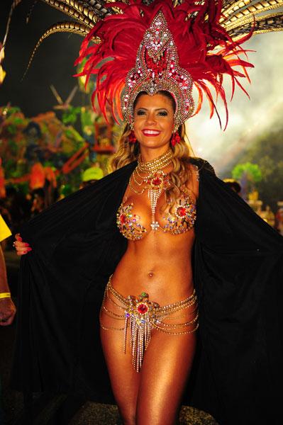 A ex-BBB Cacau, musa da escola de samba Dragões da Real, se prepara para o início do desfile.