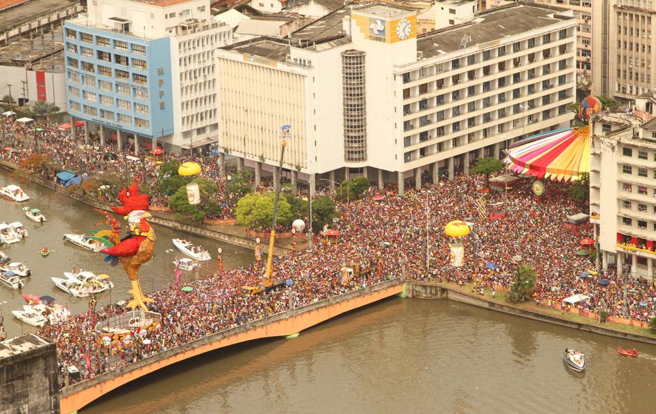Vista aérea do desfile do Galo da Madrugada, o maior bloco carnavalesco do mundo, nas ruas do centro do Recife.