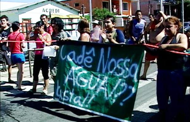 falta de água dmae protesto lomba do pinheiro porto alegre (Foto: Reprodução/RBSTV)