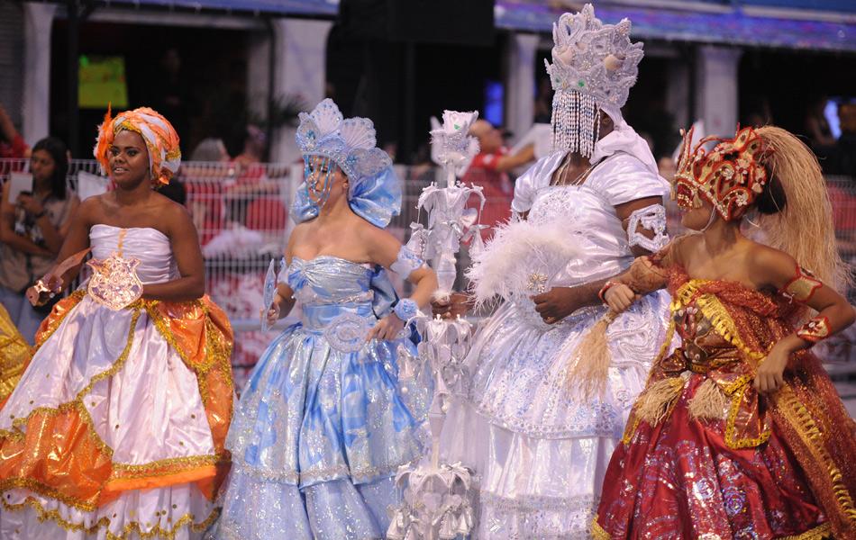Comissão de frente da Mancha Verde dá inicío ao desfile. Escola é a última se apresentar no primeiro dia de carnaval.