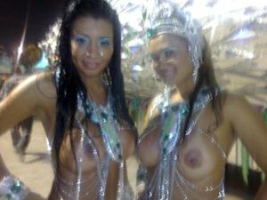 Musas deixam seios à mostra e encantam público (Foto: Roney Domingos/G1)