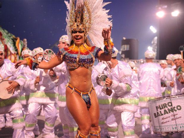 """Na concentração da Mancha Verde, a rainha de bateria Viviane Araújo mostrou que está em forma e disparou contra outras beldades que passaram nesta noite pelo Sambódromo do Anhembi: """"Sou contra e não gosto de mulher muito musculosa. É exagero. Tem que malh (Foto: Raul Zito/G1)"""