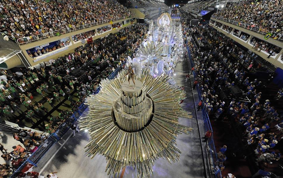 Vista aérea do desfile da Renascer na Marques de Sapucaí.