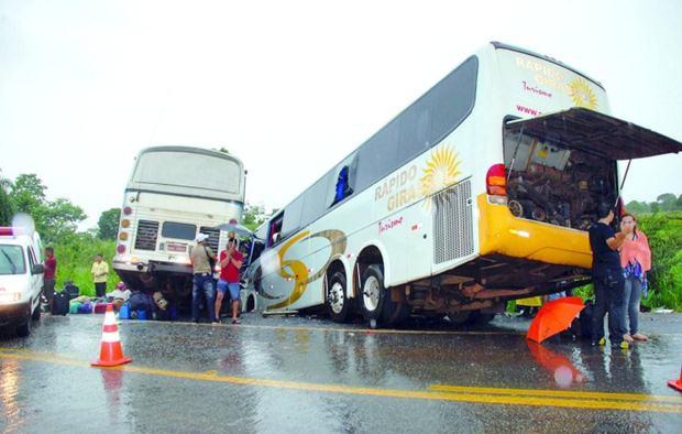 Colisão entre dois ônibus mata pelo menos 15 pessoas na BR-153 em Goiás (Foto: Rogério Simas/O Popular)