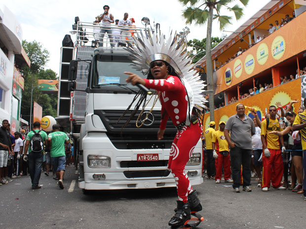 Carlinhos Brown usa sapato 'saltitante' para desfilar com Timbalada no Campo Grande, em Salvador, neste domingo (Foto: Edgar de Souza/G1)