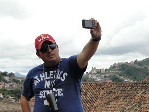 Bruno Mendes aproveitou o dia de folga para curtir o carnaval e visitar Ouro Preto (Foto: Raquel Freitas/G1)