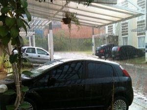 Alarmes de carros disparam com as pedras. (Foto: Divulgação/ Reinaldo Constancio)