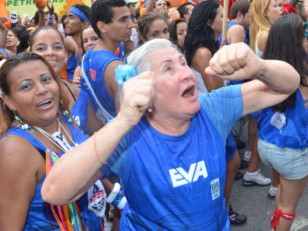 Dinea Farias, 75 anos, disse que se sente com 15 anos quando desfila no bloco Eva em Salvador (Foto: Eduardo Freire/G1)