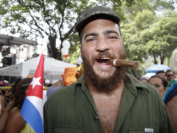 Fidel Castro e seu charuto foram escolhidos pelo folião para participar do desfile  (Foto: Ideraldo Gomes/G1)