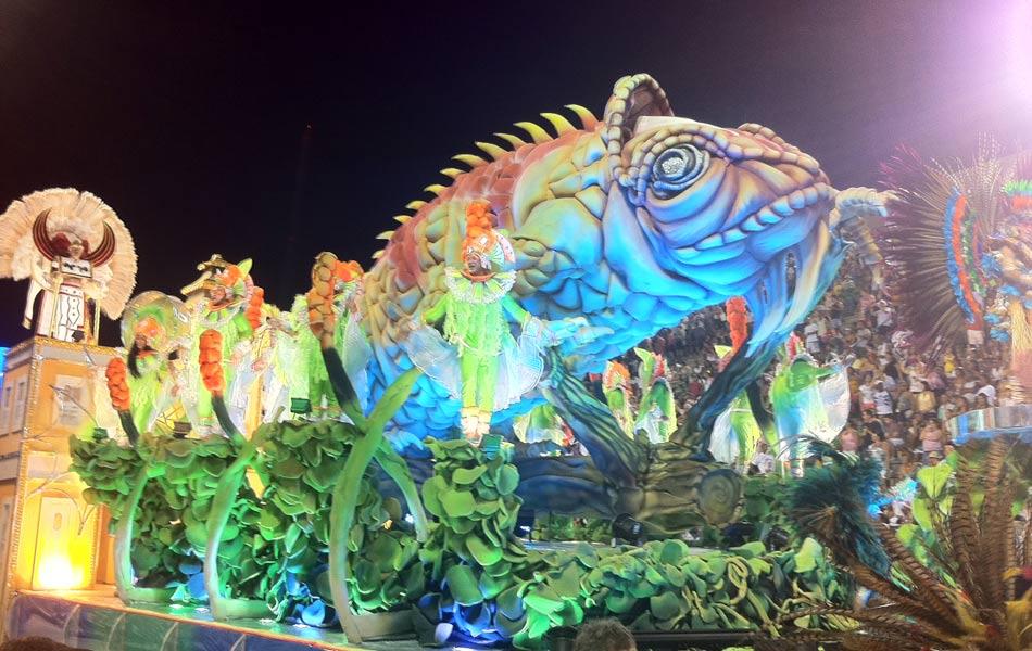 Segundo carro da Inocentes de Belford Roxo traz as modificações arquitetônicas de Corumbá. O público foi ao delírio com a imensa escultura do camaleão (15 metros de comprimento). (Foto: Rodrigo Vianna/G1)