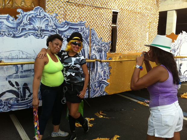 Tamires (de policial) posa para foto com a mãe em frente a carro da Portela (Foto: Rodrigo Vianna/G1)