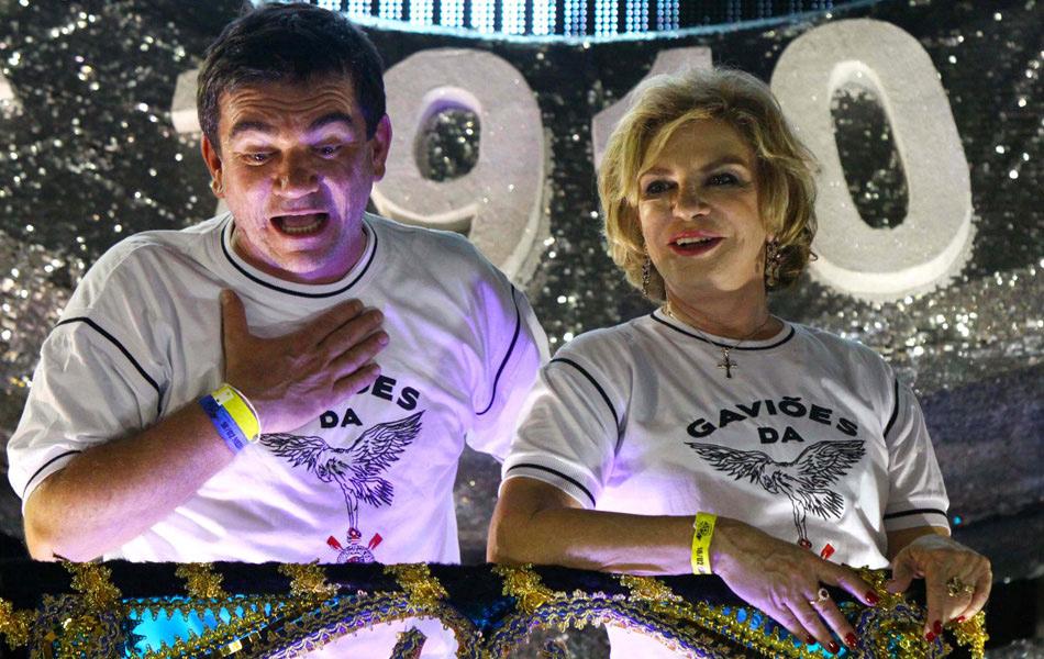 Ex-presidente do Corinthians Andrés Sanchez e Marisa Letícia, mulher do ex-presidente Lula, desfilam no último carro alegórico da Gaviões da Fiel.